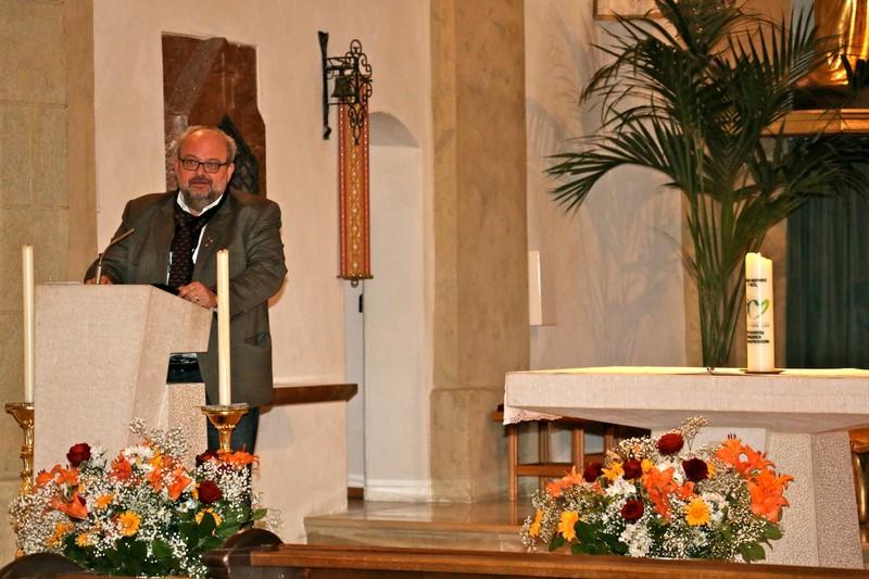 Dechant Thomas Bergner mit nachdenklichen Versen beim Orgelkonzert [@VNT/Anton Leitner]